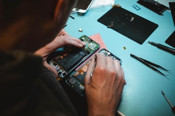 Consejos para reparar móviles mojados
